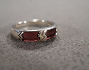 vintage sterling silver band ring with inlaid rhodolite garnet with zig-zag accents, size 9    M2
