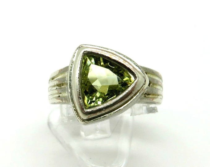 Peridot CZ Triangle Ring, Vintage Sterling Silver Ridged Band Ring, Size 8