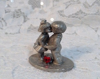 Spoontiques Pewter Valentine Children Kissing, Red Rhinestone Heart, Valentine Decor, Valentine Gift.  Spoontiques Collectible.
