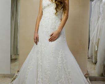 abito da sposa ampio in pizzo ricamato e impreziosito da cintura gioiello