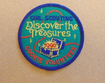 1999 Girl Scouting Discover the Treasures cookie volunteer Girl Scout embroidered patch
