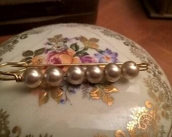 Brooch vintage with cream color pearls