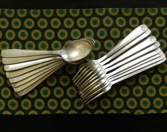Couverts en métal argenté 8 cuillères à soupe et 8 fourchettes avec poinçon et dessin coquillage