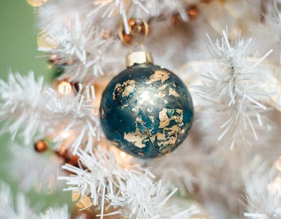 """Simple à la main peinte ornement de Noël, prêt à expédier - 2.5"""" rond en verre peint avec feuille d'or, cuivre, ou d'argent. Décor des fêtes à la main."""