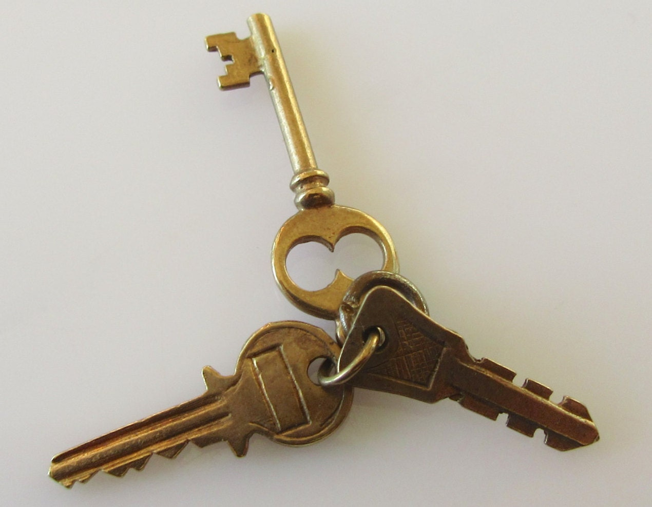 Gold house key pictures to pin on pinterest thepinsta for Classic house keys