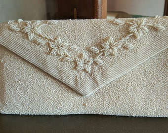 WONDERFUL WHITE CLUTCH BAG covered with beads in solid end years 60 's early 70 's