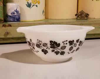 PYREX 'Gooseberry' Pattern ~ 441 ~ White with Black Gooseberry Design ~ 1 1/2 Pt. ~ Small Cinderella Mixing Bowl