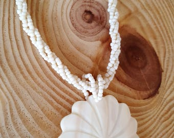 SALE...Carved Vintage Summer Flower Shell Necklace. Shell Carved Necklace. Summer Necklace. Shell Flower Necklace