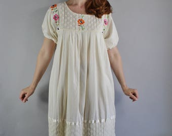 FREE SHIPPING Vintage 70s Womens Oaxacan Mexican Embroidered Cream Cotton Dress, Frida Kahlo, Summer, Hippie Dress, Plus Size