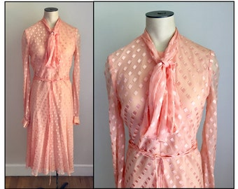 Vintage 1970s Richilene New York Peach Crepe Pussy Bow Long Sleeve Dress XS 0
