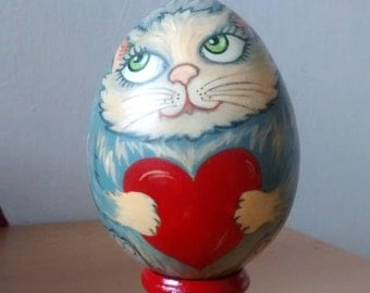 Gift wooden egg with a gray Tomcat in love