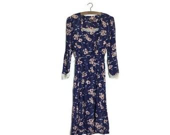 Vintage floral tea dress / pretty and whimsical english tea dress / garden party dress / lace detail / mid length floral dress