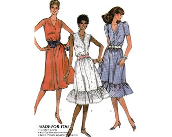 """Women's Pullover Dress Sewing Pattern, Sleeveless or Short Sleeves, V-Neckline, Skirt Ruffle, Misses Size 12 Bust 34"""" Uncut McCall's 7543"""