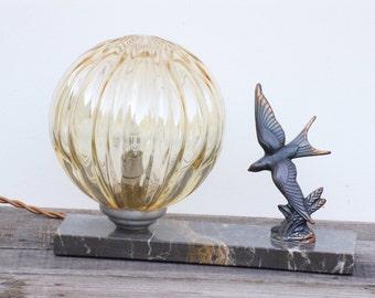 Lampe art déco avec une hirondelle et un globe en verre jaune , vintage français