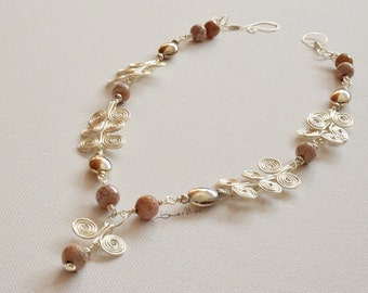 Short necklace, collier in silver wire and agate