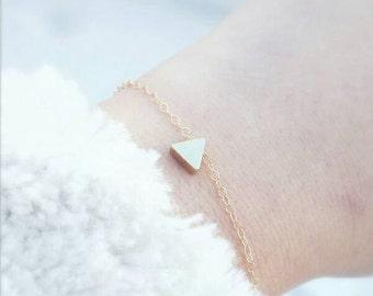 gold filled triangle bracelet, dainty triangle bead bracelet, dainty gold bracelet, triangle bracelet, minimal bracelet, delicate bracelet