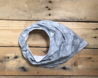Bandanna bib (grey/white paisley)