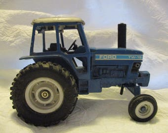 Ertyl Ford TW-15 01250 tractor toy