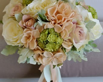 Brides bouquet peach & ivory