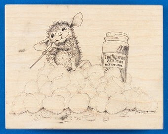 House Mouse Pickin' and a Grinnin' Rubber Stamp - Mouse on a Pile of Gumdrops Using a Toothpick - Stampa Rosa 221