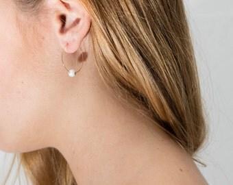 boucles d'oreilles créoles Inessa dorées à l'or fin et pierre semi précieuse howlite marbre minimaliste boho bobo