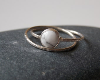 Silver fine and modern hammered ring with 2 interlace rings and a howlite stone for woman