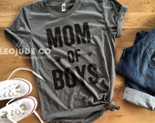 MOM OF BOYS © - Feminine effortless t-shirt for woman, trendy tees for moms, super soft, poly cotton, silkscreen, white tee, heather grey