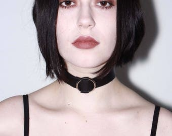 Dora choker - Handmade with lamb leather, it opens by slide fastening through an O-ring.