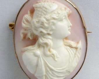 Rose schelpcamée brooch in a gold frame, circa 1820