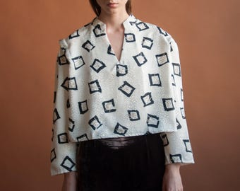 boxy geometric print cropped blouse / pleated strong shoulder top / m / 233t / B18