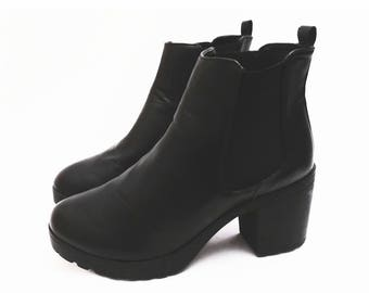 90's PLATFORM chelsea boots // chunky heels // black vegan faux leather // size 9.5 or 10