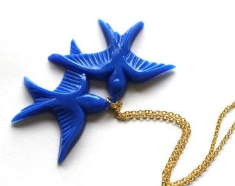 Clearance Sale Royal blue cobalt vintage plastic flying and kissing lovebird pendant gold necklace