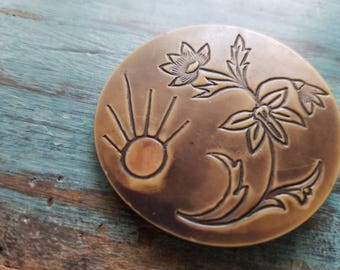 Vintage Button -lot of 1 1940's etched design flower under the sun buffed celluloid design large size( may 368 17)