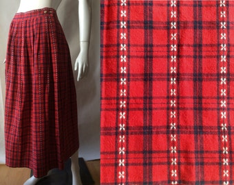 Vintage checked skirt by Eddie Bauer, in red and navy blue dotted with little white flowers, pleated, calf length, medium