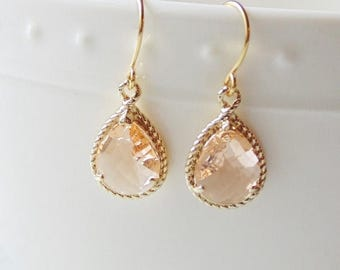 SALE Champagne peach glass gold tear shape dangle drop earrings. Bridal earrings. Bridesmaid earrings. Wedding jewelry.