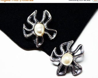 Tortolani Flower Earrings - Clip on Earrings with Glass Pearl Bead Center - Pewter Tone - 1970's Abstract Flowers - Vintage Mod Signed