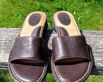 DeadStock 90s BORN Boho Hipster Hippie Preppy Classic  Brown Leather  Never Worn Slip on Summer Sandals  Size 6