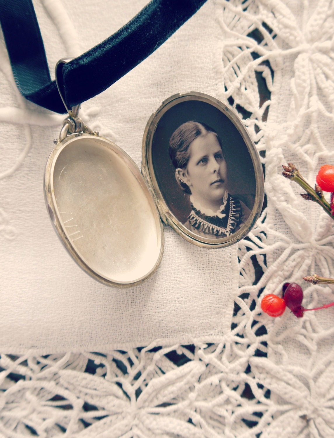 This is my great great grandmother Pauline as a girl, probably at the age of fifteen. On the picture, she is wearing this exact locket on a bookchain.