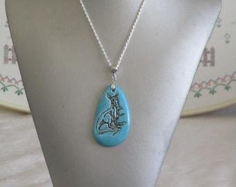 """Charmant collier avec pendentif en céramique """"Une goutte en céramique ornée d'un Kangourou"""""""