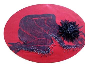 cadre reliquaire bombé vintage linogravure inspiration érotique imprimé sur cuir à l'encre à l'huile et rebrodée  , marguerite