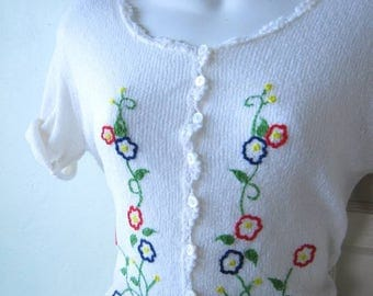 Sweetest Vintage Short Sleeve White Cardigan with Hand Embroidered Daisies in Blue/Red/Green; Women's Small Top; Free Shipping/U.S.