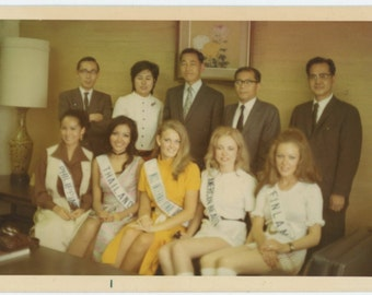 Vintage Snapshot Photo: Beauty Queens, Men in Suits, 1971 (610513)