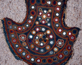 Antique Tan door Behang embroidered wall hanging Gujarat North India + special form filled with mirrors pilzförmig