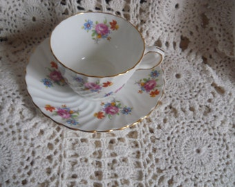 Aynsley tea cup  swirl from England bone china with the marking in gold 5972
