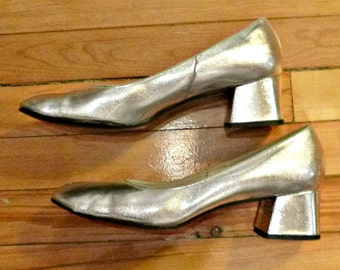 60s Silver METALLIC MOD Shoes Atomic Space Age Pumps Vintage Lame Chunky Block Heels 1960s Glam Twiggy Fashion Mad Men Wedding Prom 9B Round