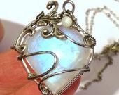 Collier Pierre Coeur de Lune reflet bleu style art nouveau avec arabesque et fil couleur argent