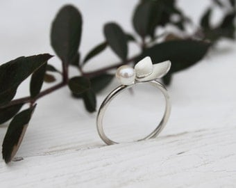 Fine silver ring with pearl and silver leaves