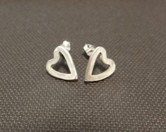 stud medium earrings in the shape of an open heart