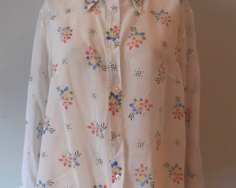 70s Vintage White Buttoned down Shirt / Floral print / Pointy Collar / Woman