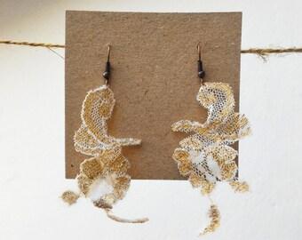 Handmade lace earrings/Gift Idea woman/Boho earrings/Alternative Gift for her/White and gold earrings/Bridal earrings/Flower earrings